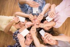 Studenten met gadgets Stock Fotografie