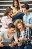 Studenten met gadgets stock foto