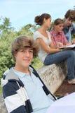 Studenten met handboeken in schoolwerf royalty-vrije stock foto