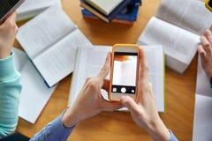 Studenten met smartphones die spiekpapiertjes maken Royalty-vrije Stock Afbeelding