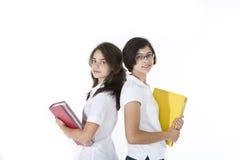 Studenten met zware boeken Stock Afbeeldingen