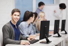 Studenten mit Computermonitor in der Schule Lizenzfreie Stockbilder