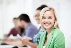Studenten mit Computern in der Schule studierend Lizenzfreie Stockfotografie