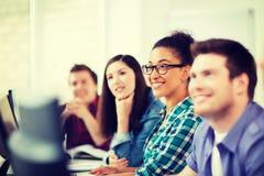 Studenten mit Computern studierend an der Schule Lizenzfreies Stockfoto