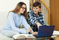 Studenten mit dem Laptop, der für Prüfungen a sich vorbereitet Stockbild