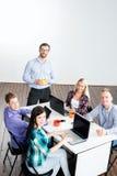 Studenten mit dem Lehrer, der unter Verwendung der modernen Technologien studiert stockfotografie