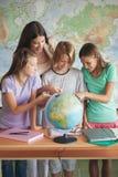 Studenten mit einer Kugel lizenzfreies stockbild