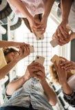 Studenten mit Geräten Lizenzfreie Stockfotos
