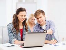 Studenten mit Laptop und Notizbüchern in der Schule Stockfotos