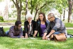 Studenten mit Professor auf dem Campus Stockfotos