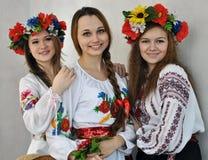 Studenten in nationale Oekraïense geborduurde clothes_4 Stock Afbeelding