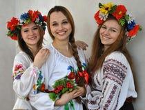 Studenten in nationale Oekraïense geborduurde clothes_3 Stock Afbeeldingen