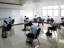 Studenten nehmen die Prüfung Stockfotografie