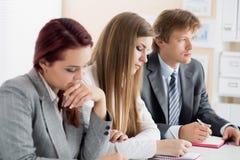 Studenten oder Wirtschaftler übergibt Schreiben etwas während confer Stockbilder