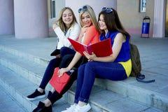 Studenten op campus Royalty-vrije Stock Foto
