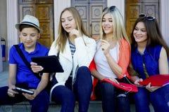 Studenten op campus Royalty-vrije Stock Afbeelding