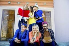 Studenten op campus Royalty-vrije Stock Afbeeldingen