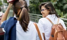 Studenten op weg naar huis van school Royalty-vrije Stock Afbeelding