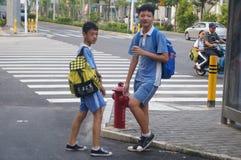Studenten op weg naar huis van school Royalty-vrije Stock Foto's