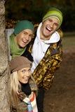 Studenten in park dat pret het glimlachen heeft Royalty-vrije Stock Foto's