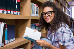 Studenten-Reading Book In-Bibliothek Stockfotografie