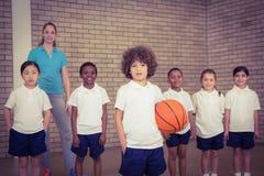 Studenten samen ongeveer om basketbal te spelen stock foto