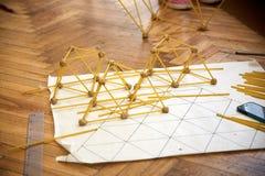 Studenten schaffen verschiedene Designe vom Spaghettiturm Lizenzfreie Stockbilder