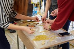 Studenten schaffen verschiedene Designe vom Spaghettiturm Stockbild