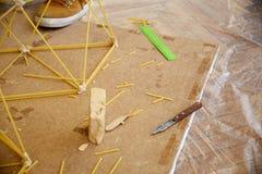 Studenten schaffen verschiedene Designe vom Spaghettiturm Lizenzfreie Stockfotos