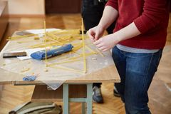 Studenten schaffen verschiedene Designe vom Spaghettiturm Lizenzfreies Stockfoto
