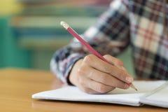 Studenten schreiben Bücher in die Bibliothek, Ausbildungskonzept stockfotos