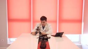 Studenten skapar en robot i laboratoriumet arkivfilmer