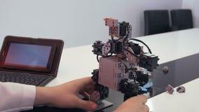 Studenten skapar en robot i laboratoriumet lager videofilmer