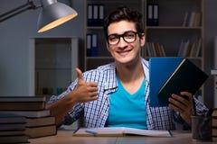 Studenten som sent förbereder sig för natt för examina - hemma royaltyfri bild
