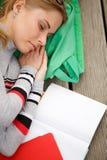 Studenten sover bredvid den öppna boken arkivbild