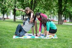 Studenten spielen den Spiel Twister Stockfoto