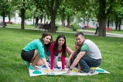 Studenten spielen den Spiel Twister Stockfotos