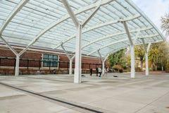 Studenten spielen und tanzen unter den Flügel, Staat Oregons-Universität Stockbild