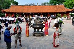 Studenten in tempel van Literatuur, Hanoi, Vietnam Stock Afbeeldingen