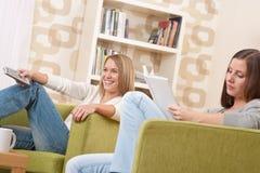 Studenten - Twee vrouwelijk studenten ontspannend huis Stock Foto's