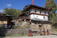 Studenten und Haus von Bhutan, Chhume-Dorf, Bhutan Lizenzfreie Stockbilder