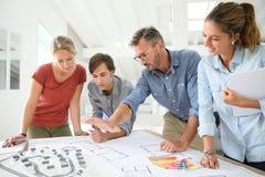 Studenten und Lehrer, die an Projekt arbeiten Lizenzfreie Stockfotos