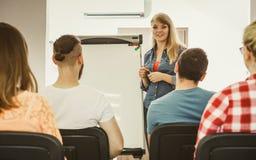 Studenten und Lehrer im Klassenzimmer Stockbilder