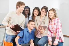 Studenten und Lehrer mit Tablette Stockfotografie