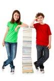 Studenten und Stapel der Bücher Lizenzfreie Stockbilder