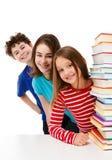 Studenten und Stapel von Büchern Stockfoto