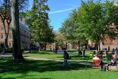 Studenten van de prestigieuze Universiteit van Harvard, doctorandus in de letteren, het gezien lopen tussen lezingen stock fotografie