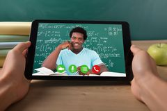 Studenten-Video Conferencing With-Lehrer On Digital Tablet lizenzfreies stockbild
