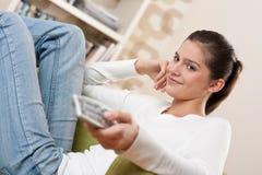 Studenten - Vrouwelijke tiener het letten op televisie stock afbeeldingen