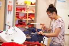 Studenten, welche die Klempnerarbeit arbeitet an der Bank studieren Lizenzfreies Stockfoto